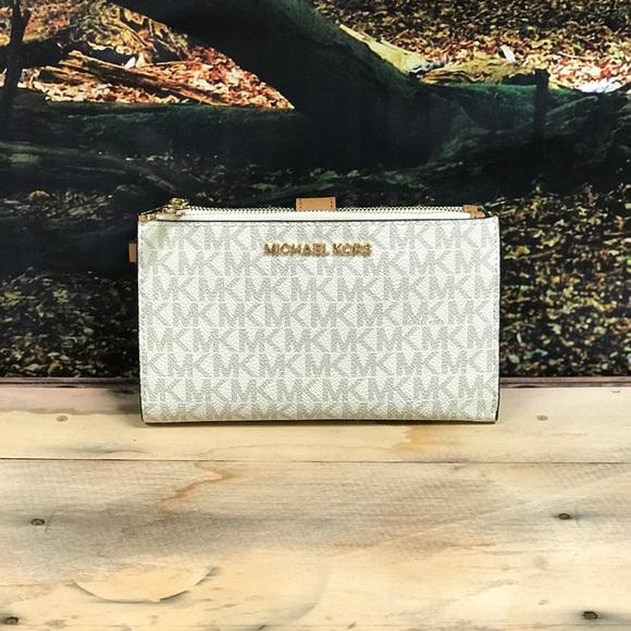 NWT Michael Kors Vanilla Jet Set Wallet. Gorgeous!